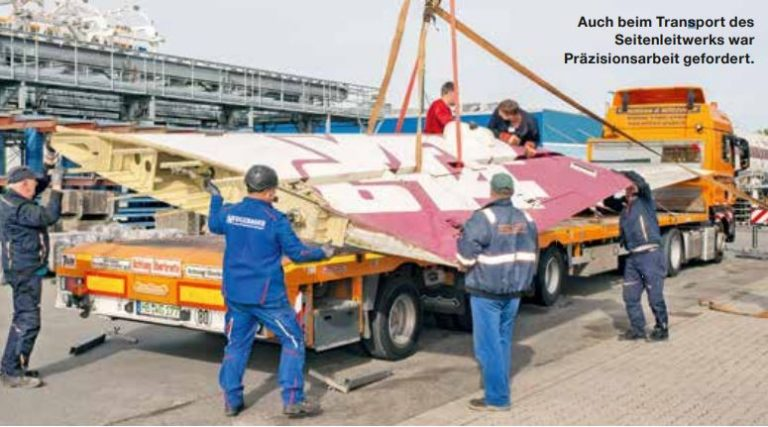 Auch beim Transport des Seitenleitwerks war Präzisionsarbeit gefordert.